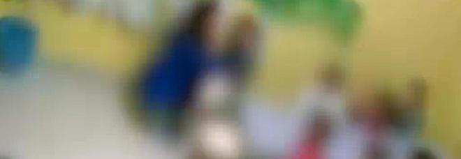 Maestra d'asilo nido ai domiciliari: schiaffi su bimbi sotto i 3 anni per farli mangiare