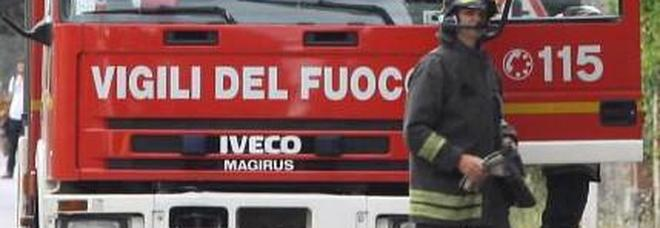 In fiamme un ettaro di boscaglia: i vigili del fuoco salvano un casolare