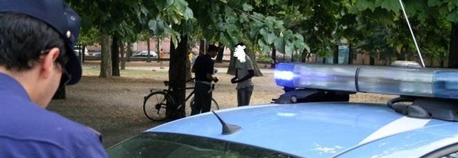 Arezzo, l'incubo di una trentenne: insegue un marocchino che le ruba la bici e viene violentata