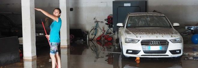 Un garage inondato dal fango e dall'acqua del torrente Valbona a Conegliano