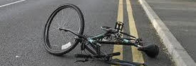 Cade in bicicletta e fa causa al Comune: chiesti danni per 54mila euro