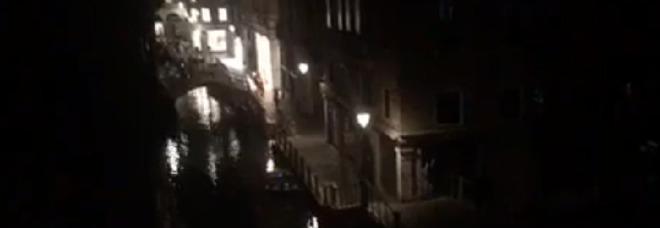 Venezia al buio dalla diretta Facebook del Gazzettino