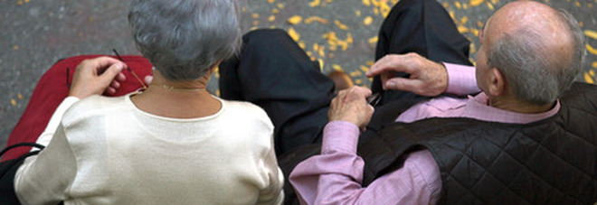 Lei ha un infarto, lui si sente male: anziani coniugi muoiono a pochi minuti di distanza uno dall'altro dopo una vita passata insieme