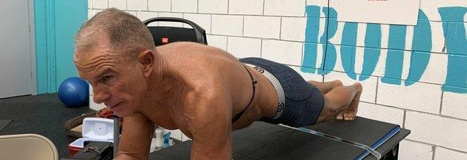 Plank, nuovo record mondiale di durata: più di otto ore. Lo ha stabilito un 62enne