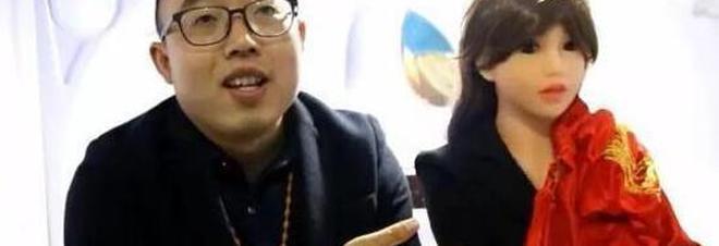 Cina. Ha sposato una donna robot e ne crea di nuove per altri single. Il suo sogno resta incontrare l'anima gemella