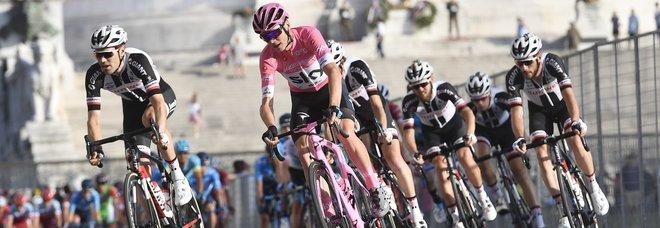 Giro d'Italia, troppe buche a Roma: corsa neutralizzata dopo le proteste