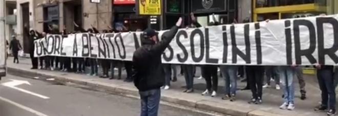 Onore a Mussolini: lo striscione degli ultrà neofascisti alla vigilia del 25 Aprile