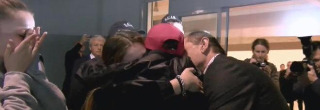 Alvin arrivato a Fiumicino, lungo abbraccio con padre e sorelle: è ferito a un piede