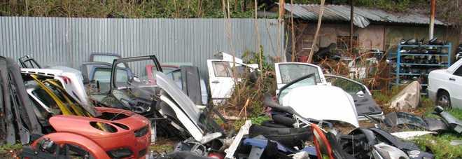 Cimitero d'auto nel terreno del Comune: 50enne denunciato per reati ambientali