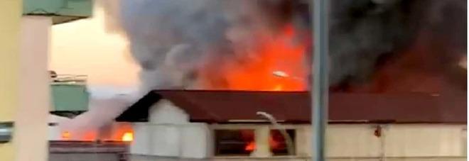 Fumo nero nella Terra dei Fuochi: altra fabbrica in fiamme, è allarme ambientale