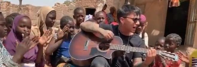 Ultimo in Mali, il video dove canta in mezzo ai bimbi commuove il web