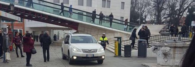 Con l'auto a Venezia, in isolamento  in ospedale: si teme abbia un virus