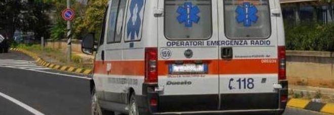 Incidente mentre va al lavoro: l'auto si ribalta, lui sbalzato. Muore a 21 anni