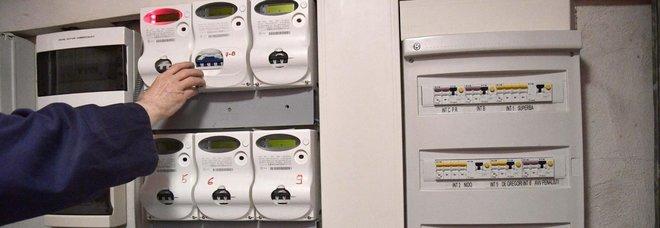 Staccano gas e luce a famiglia con 4 bimbi. Il papà non ha i soldi per le bollette: utente in fila gliele paga