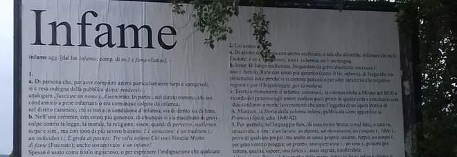«Infame»: manifesto da 18 mq in città per mandare a quel paese il vicino