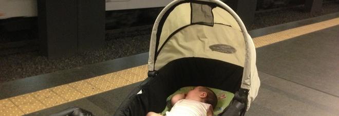 Milano, paura in metrò: passeggino incastrato tra le porte, illesa bambina di due anni