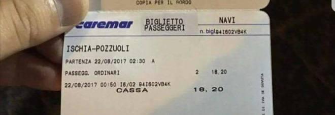 """""""Costretti a pagare il biglietto per lasciare l'isola"""", polemica dopo il terremoto"""