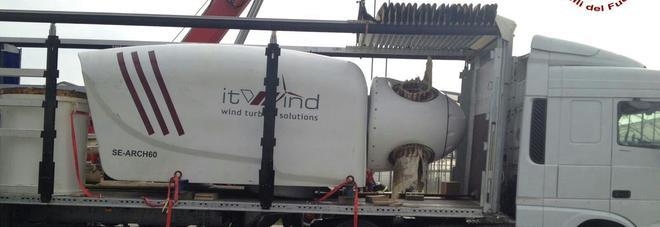 Pala eolica in bilico sul camion: la strada resta bloccata per due ore
