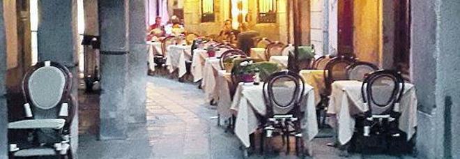 Tavolini e sedie di bar e ristoranti invadono le calli e i turisti protestano