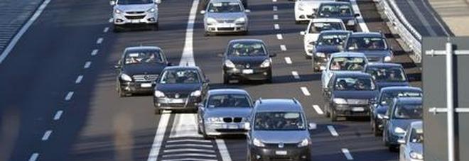 Mamma, papà e fratellino muoiono in un incidente stradale, bimbo di 6 anni si salva e vaga per 48 ore in autostrada