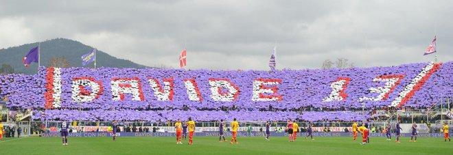 Astori, la Fiorentina torna in campo, striscioni e lacrime allo stadio E la partita si ferma al 13'