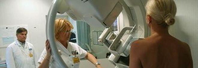 Fanatica dell'abbronzatura scopre per caso il tumore e di essere incinta a 42 anni: «Attenti al sole»