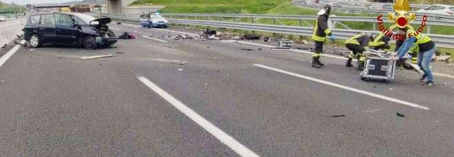 Si ribalta con l'auto: un ferito grave Due chilometri di coda sull'A14