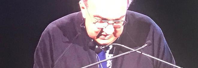 L'ad di Fca Sergio Marchionne in maglioncino e cravatta blu in collegamento durante la presentazione del piano strategico 2018-2022 di Fca