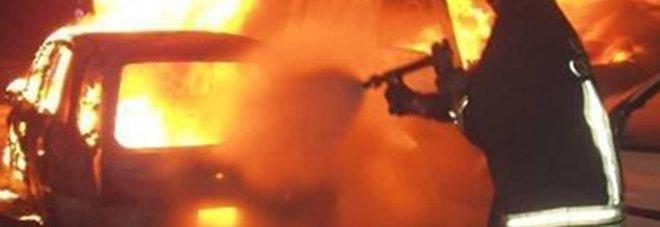 Terrore nella notte: a fuoco l'auto di un carabiniere