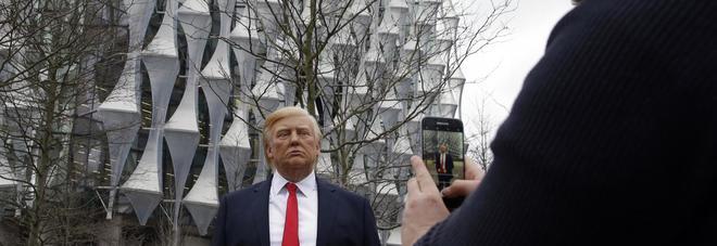 Trump non va a Londra? Il museo delle cere piazza la sua statua in strada. Ed è boom di selfie