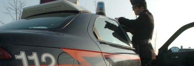 In moto senza casco offre 50 euro ai carabinieri