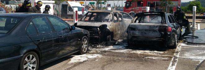 Bmw va a fuoco nel parcheggio del casello: 4 auto distrutte, 2 danneggiate