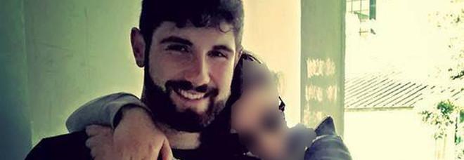 Poliziotto di 24 anni si spara con la pistola d'ordinanza e muore. Era dalla fidanzata