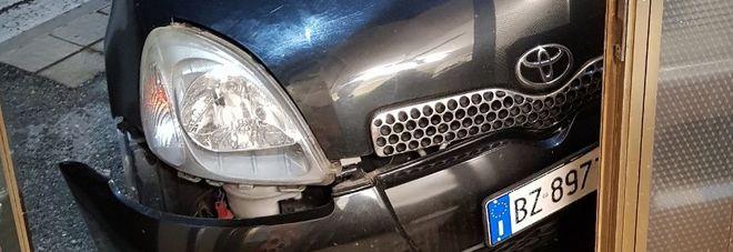 L'auto del marocchino piombata sulla porta del locale pubblico
