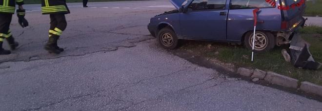 Scontro tra due auto all'incrocio: conducente portato al pronto soccorso