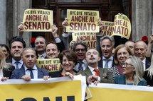 Vitalizi, via libera del Senato al taglio. Di Maio: «Bye bye privilegi». Festa M5S in piazza