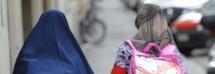 Impone velo alla figlia, tormenta il figlio con un coltello rovente: 40enne egiziana a processo