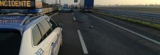 Tamponamento a 3 in autostrada: 2 feriti, chiusa la corsia di sorpasso