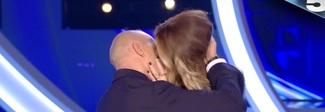 Inizio al bacio tra Signorini e Ilary: «Nemmeno mio marito mi bacia così» Video