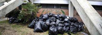 Villaggio Olimpico in abbandono: cumuli di rifiuti e verde incolto