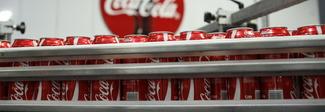 Coca-Cola rompe la tradizione e lancia la prima bevanda alcolica (in lattina)