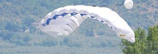 Istruttore di paracadutismo morto sotto gli occhi della moglie