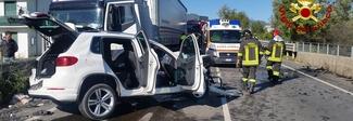 Tremendo frontale con un camion: donna incastrata nel Suv, è grave