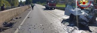 Pauroso frontale con un camion: donna incastrata nel Suv, è grave