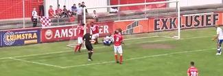 L'arbitro segna un gol e non lo annulla, il video è incredibile: sconcerto in area di rigore