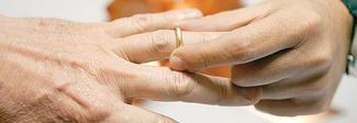 A 95 anni chiede il divorzio dalla moglie (più giovane di 41 anni) : «Non mi permette di consumare»