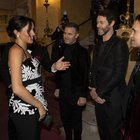 Meghan Markle futura mamma in abito da sera incontra i Take That: la foto fa il giro del web