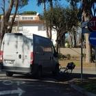 Roma, finisce con la bici sotto il furgone