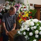Temeva di fare il funerale alla moglie da solo: si presentano in 700 dopo appello Fb