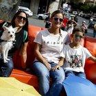 Tre fans sul divano di Friends a piazza Barberini